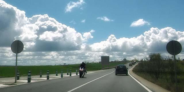 derecho a reclamar indemnización por accidente de tráfico por culpa de la vía
